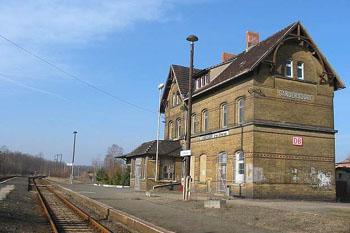 Der Bahnhof Sandersdorf im Jahr 2002. Der angrenzende Güterschuppen wurde zu einem Wohnhaus umgebaut und wird noch immer bewohnt.