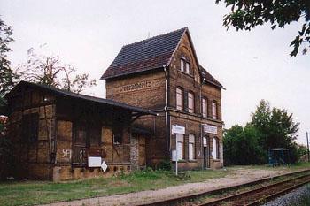 Bis 1995 war der Bahnhof noch bewohnt. Seitdem steht er leer. Er steht bei der Bahn AG zum Verkauf.